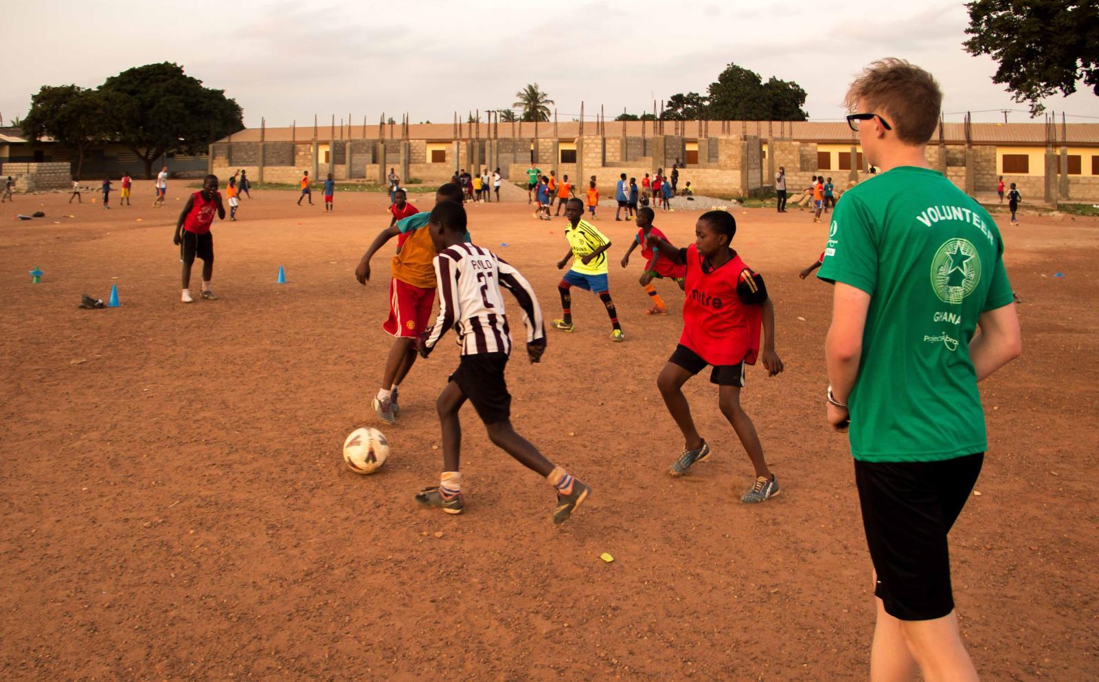Juego de práctica durante nuestro voluntariado como entrenador de fútbol en Ghana.